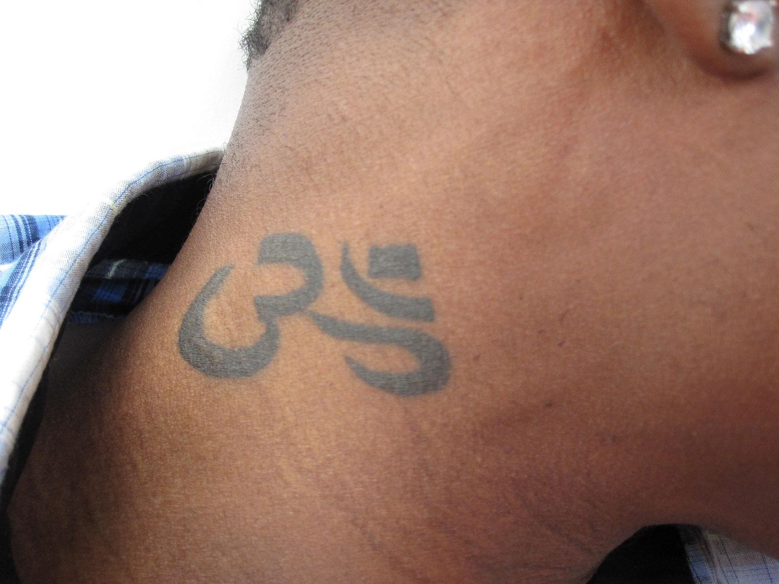 Tatouages - Tatouage blanc sur peau noir ...